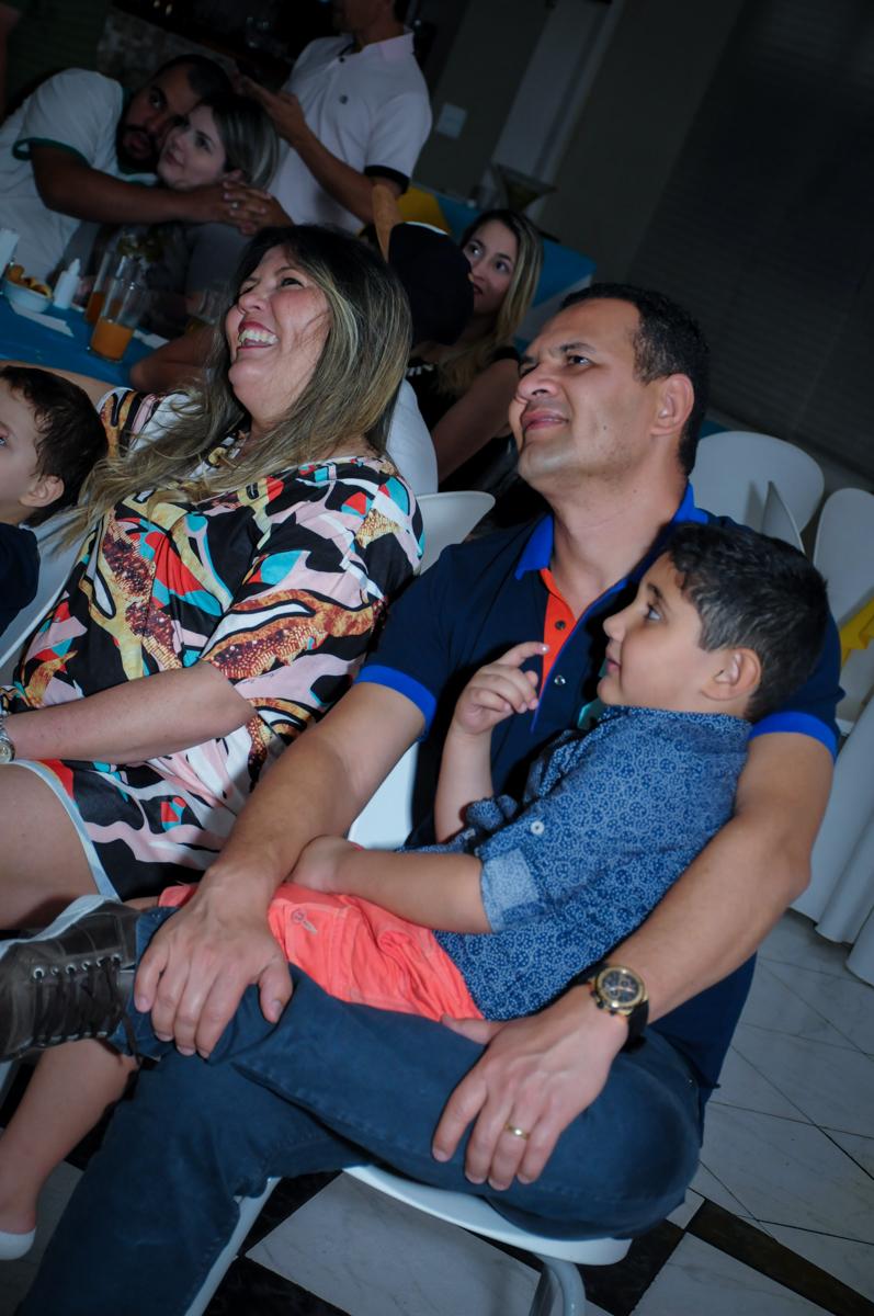 família assistindo a retrospectiva no Buffet Infantil Amazing, Alphaville, São Paulo