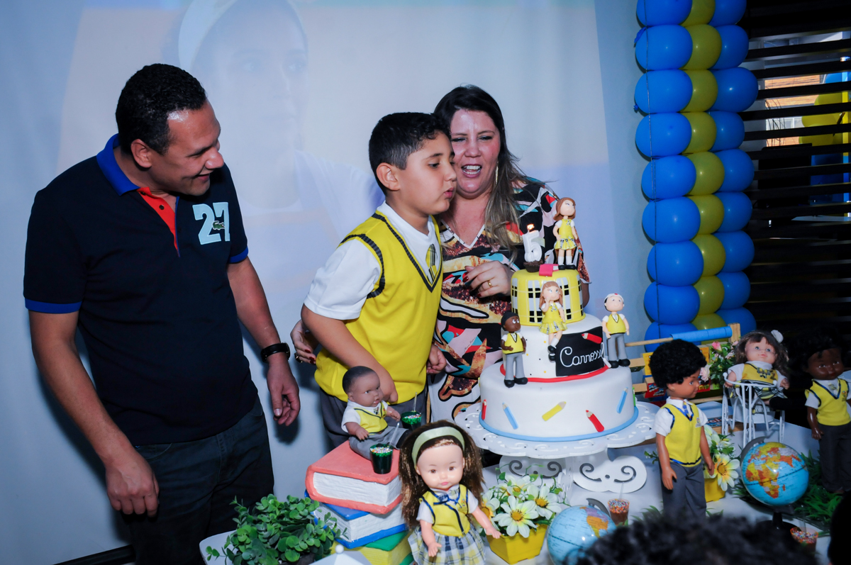 assoprando a velinha do bolo no Buffet Infantil Amazing, Alphaville, São Paulo