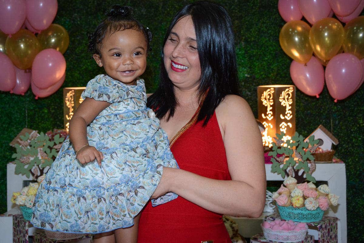 alegria da aniversariante ao ver a mesa decorada tema corujinhas no Buffet Fábrica da Alegria Unidade Morumbi, São Paulo