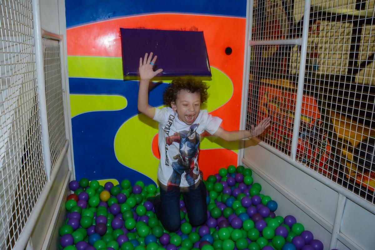 pulando no tombo legal no Buffet Fábrica da Alegria Unidade Morumbi, São Paulo