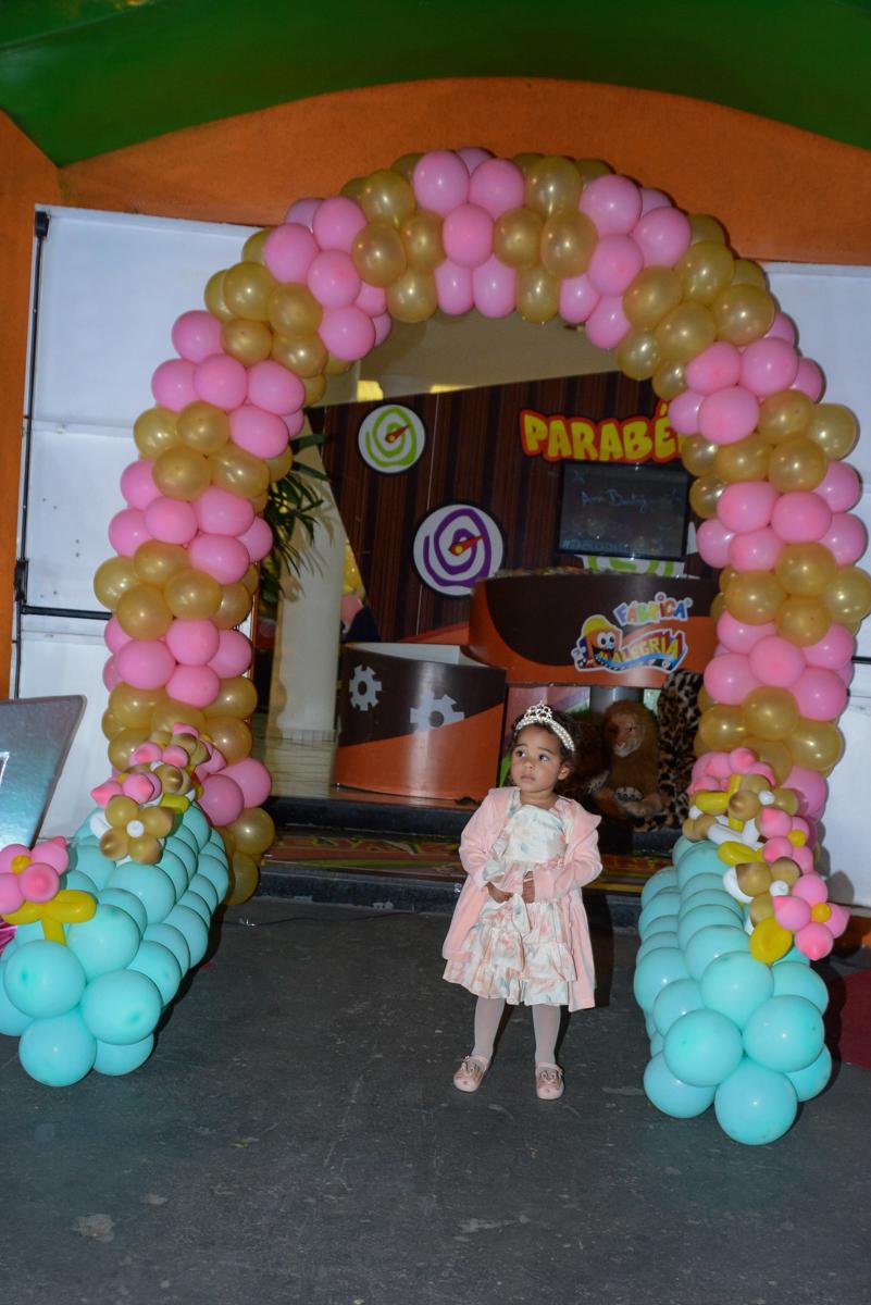 aniversariante no arco de bexigas no Buffet Fábrica da Alegria Unidade Morumbi,São Paulo