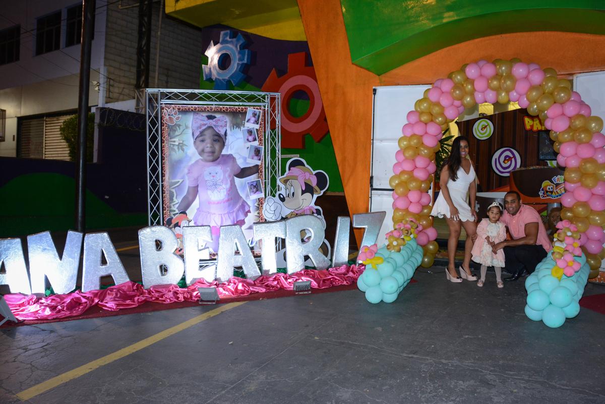 familia ao lado do baner iluminado da aniversariante no Buffet Fábrica da Alegria Unidade Morumbi,São Paulo