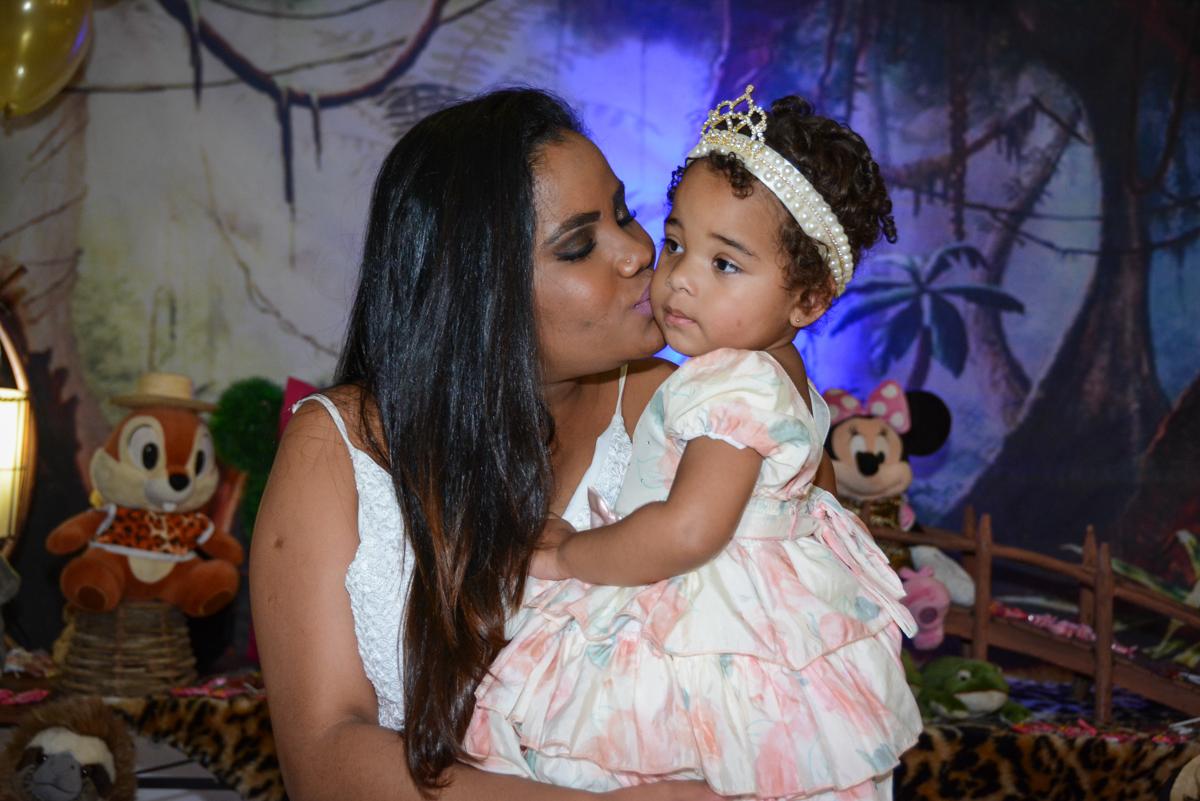 beijinho da mamãe na aniversariante no Buffet Fábrica da Alegria Unidade Morumbi,São Paulo
