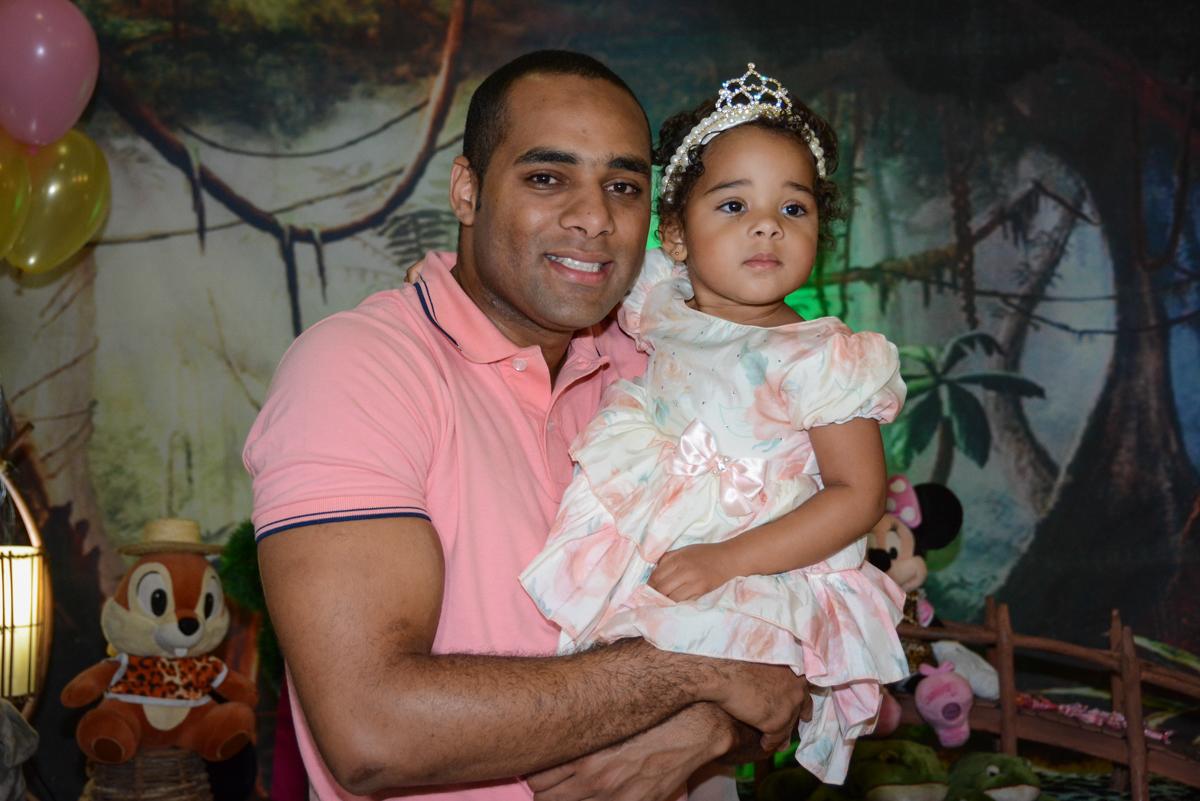 abraço do pai na aniversariante em frente a mesa  tema mickey safari no Buffet Fábrica da Alegria Unidade Morumbi,São Paulo