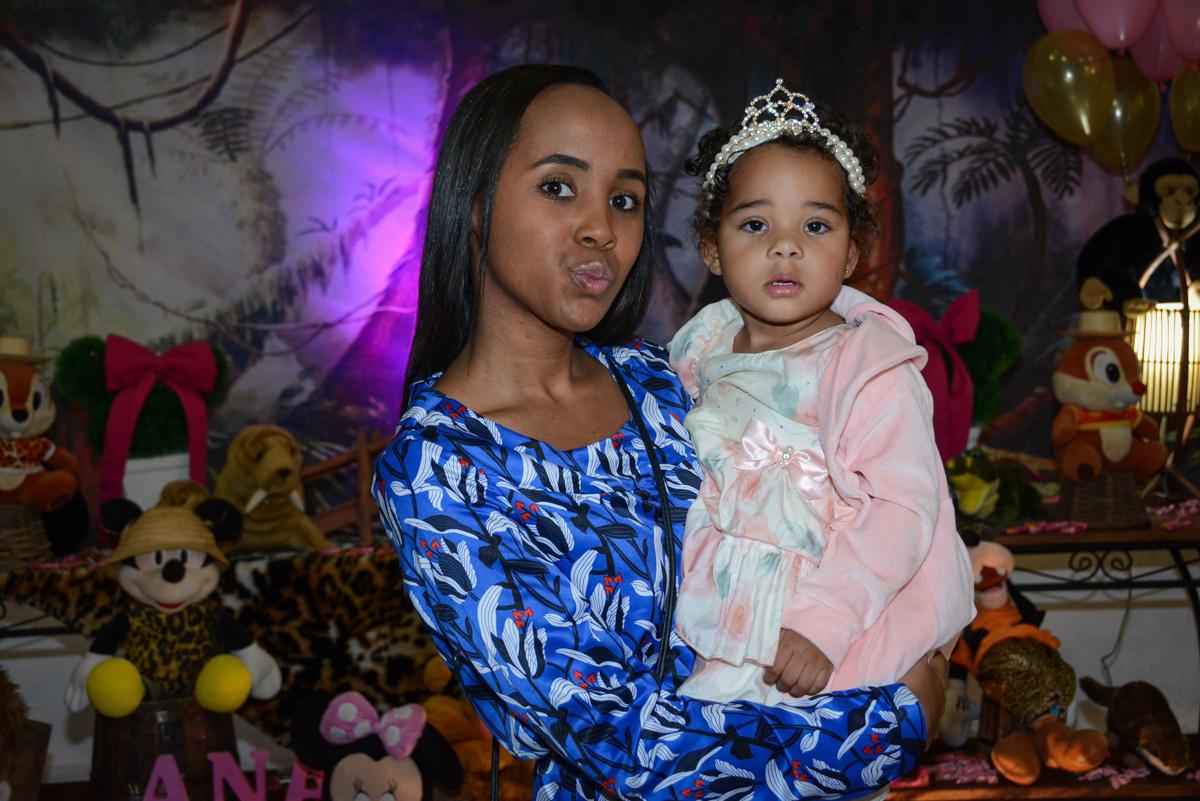 foto da aniversariante e a tia no Buffet Fábrica da Alegria Unidade Morumbi,São Paulo