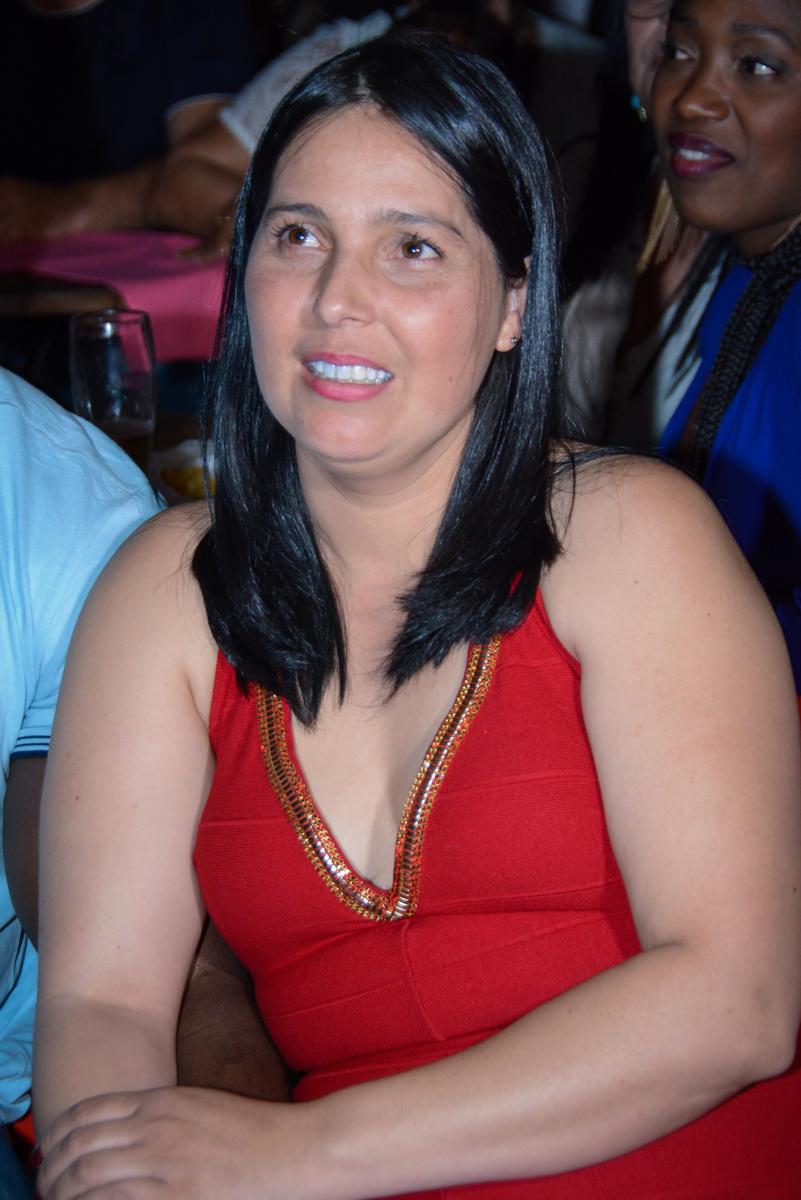 mamãe emocionada assistindo a retrospectiva no Buffet Fábrica da Alegria Unidade Morumbi,São Paulo