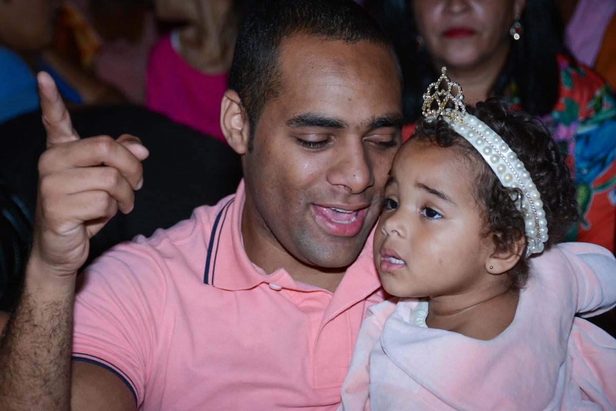 papai assiste a retrospeictiva com a aniversariante no Buffet Fábrica da Alegria Unidade Morumbi,São Paulo