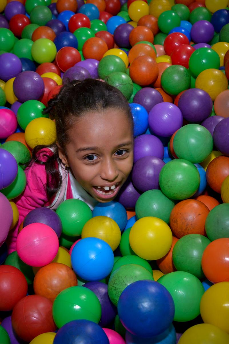 aniversariante se divertindo na piscina de bolinha no Planeta Buffet, São Paulo