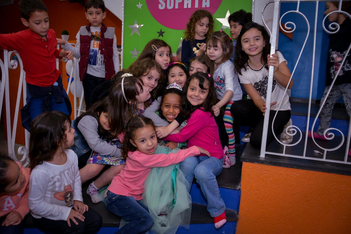 abraço coletivo das amigas na aniversariante no Planeta Buffet, São Paulo