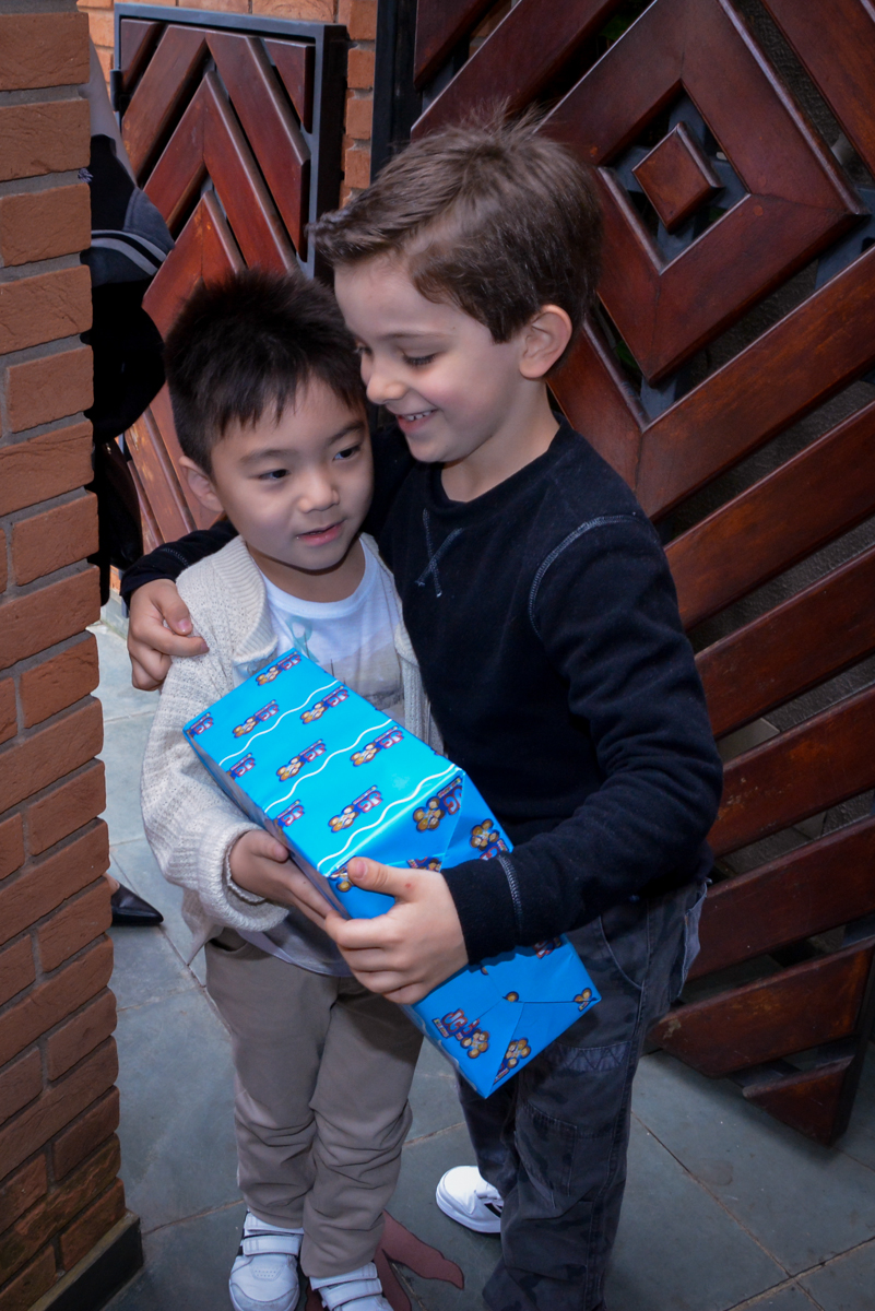 aniversariante recebe os amigos com muita alegria no  no condomínio, São Paulo- SP