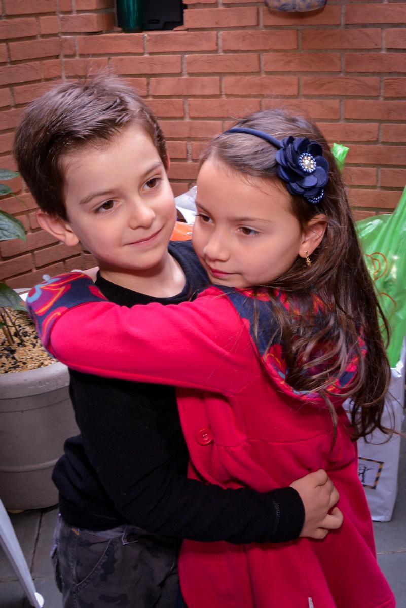 abraço do aniversariante em sua amiguinha no  no condomínio, São Paulo- SP