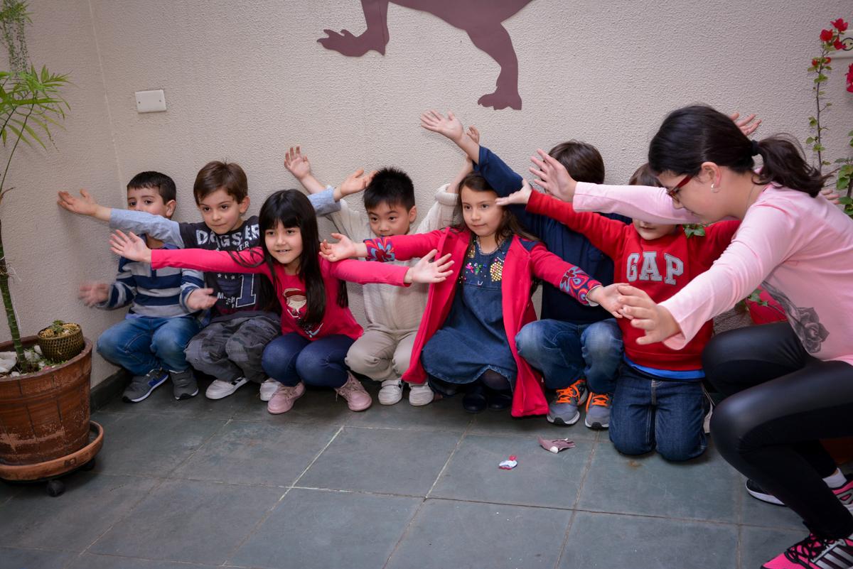 muita alegria das crianças brincando com os monitores no  no condomínio, São Paulo- SP