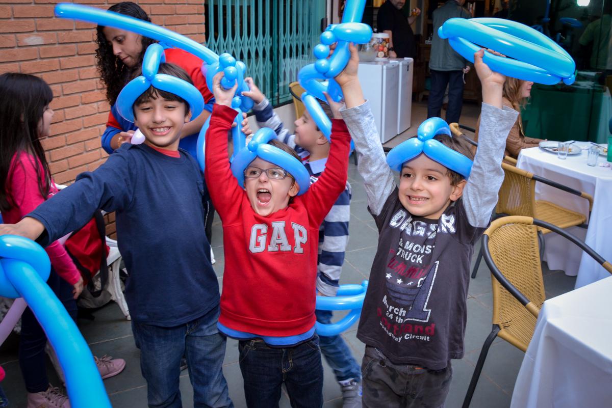 balões de bexiga faz a alegria das crianças no  no condomínio, São Paulo- SP
