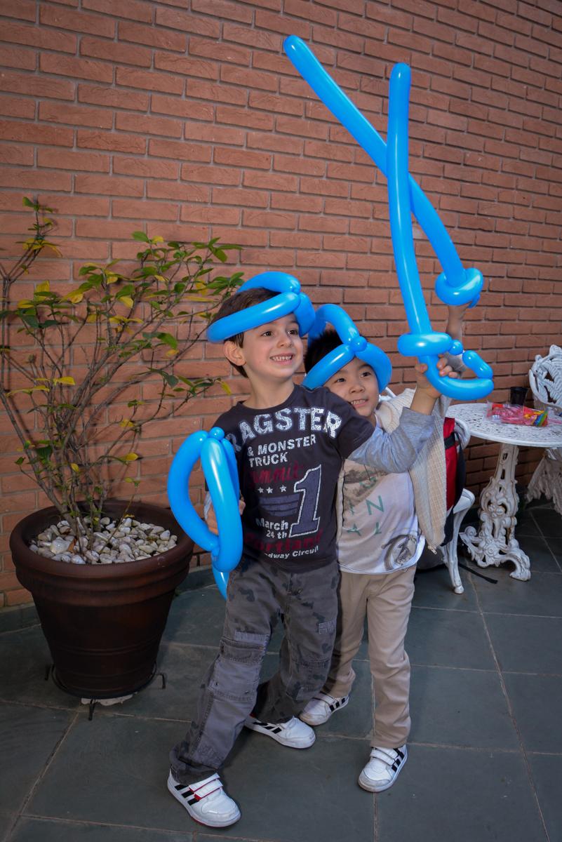 brincando com espada de balão no  no condomínio, São Paulo- SP