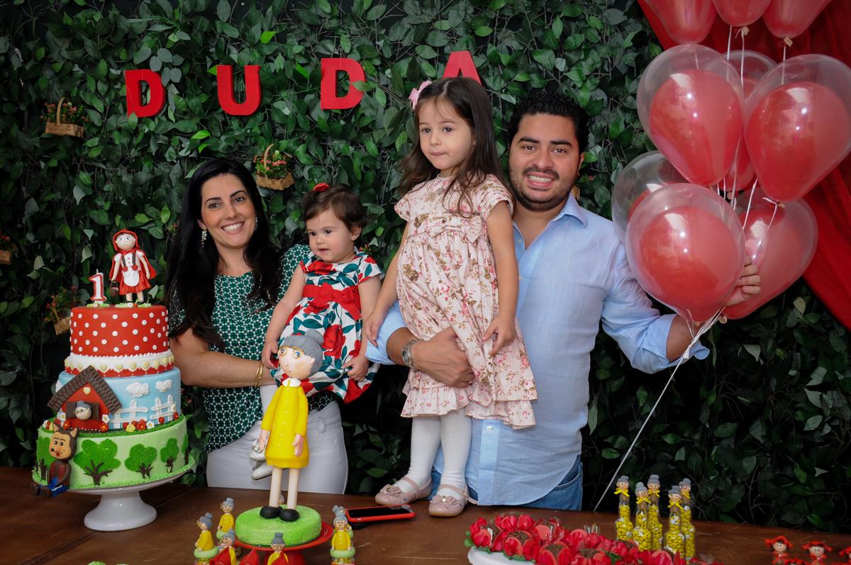 família feliz na mesa tema chapeuzinho vermelho no buffet spazio reale, são paulo-sp