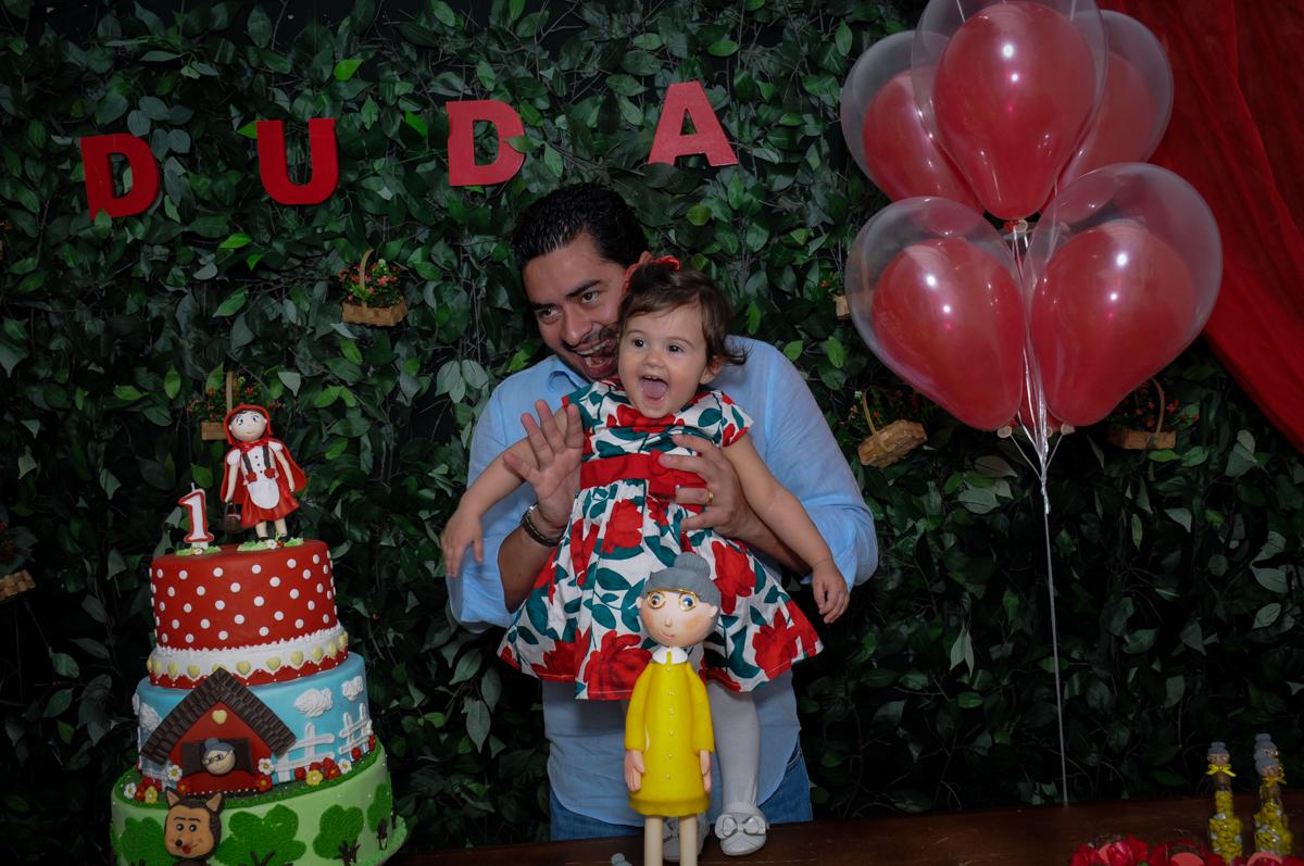 bagunça da aniversariante com seu pai na mesa chapeuzinho vermelho no buffet spazio reale, são paulo-sp