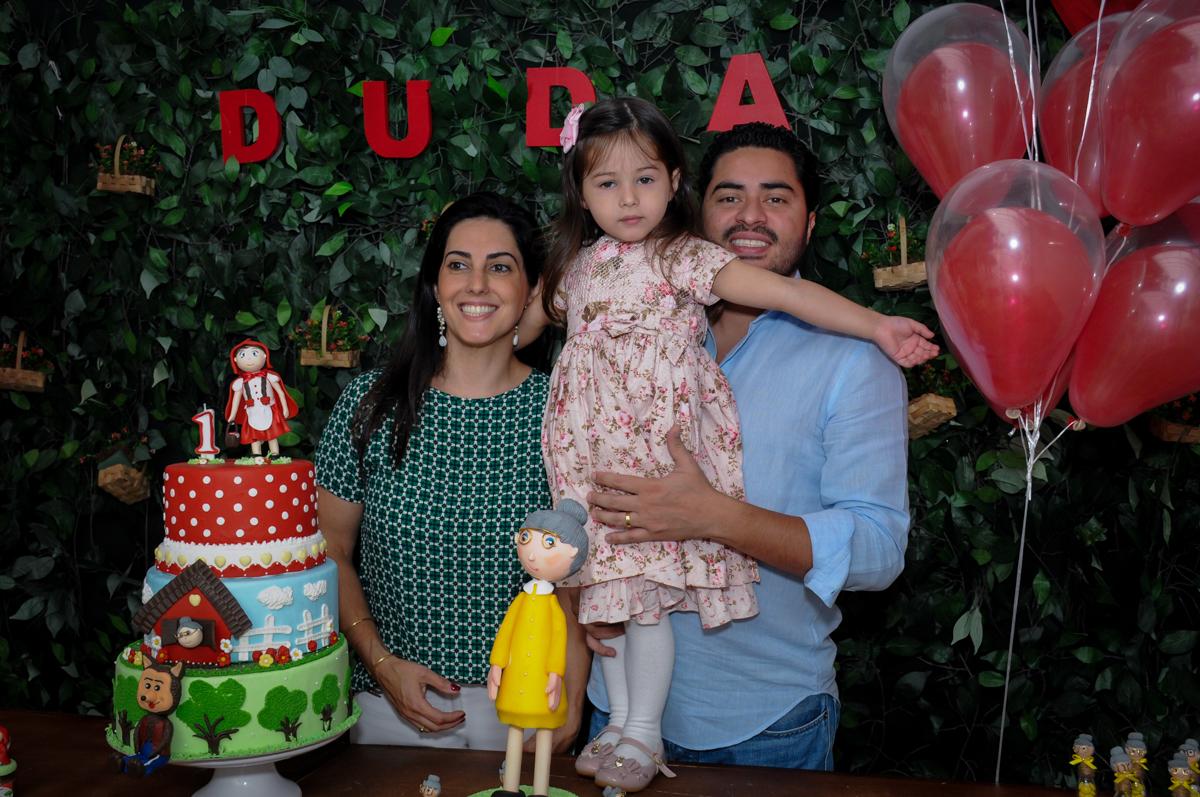 papai, mamãe e aniversariante na mesa chapeuzinho vermelho no buffet spazio reale, são paulo-sp