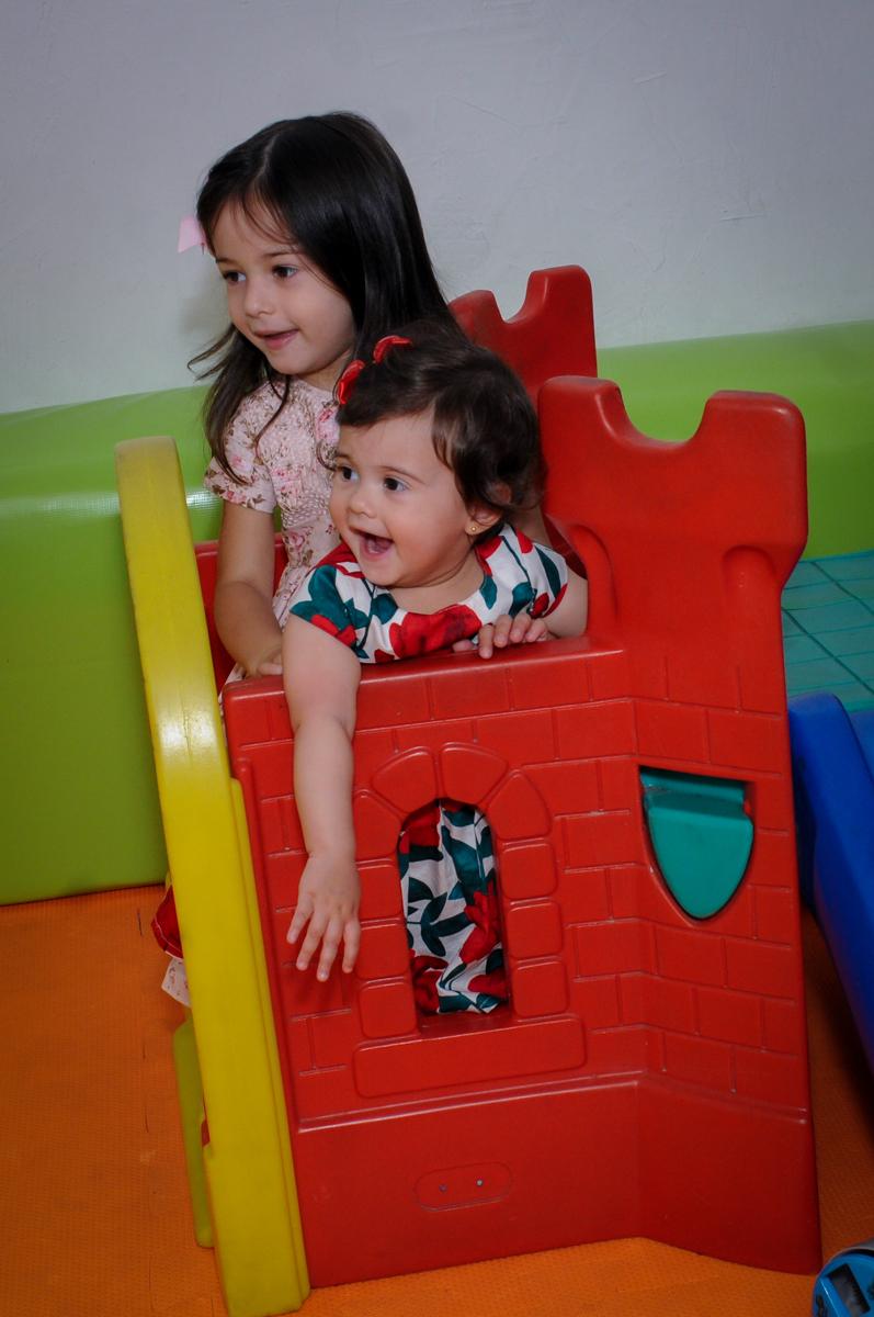 aniversariante e irmãzinha brincam na área baby no buffet spazio reale, são paulo-sp
