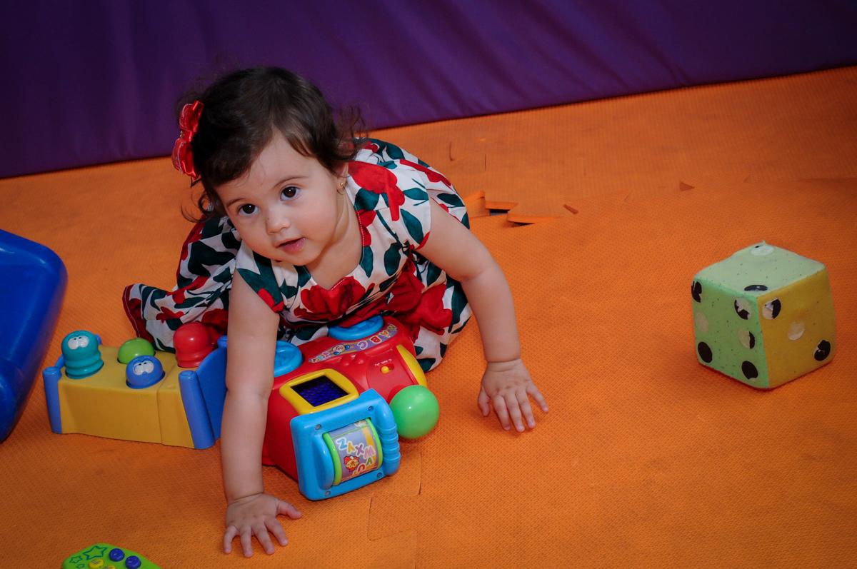 ananiversariante brincando com os brinquedos na área baby no buffet spazio reale, são paulo-sp