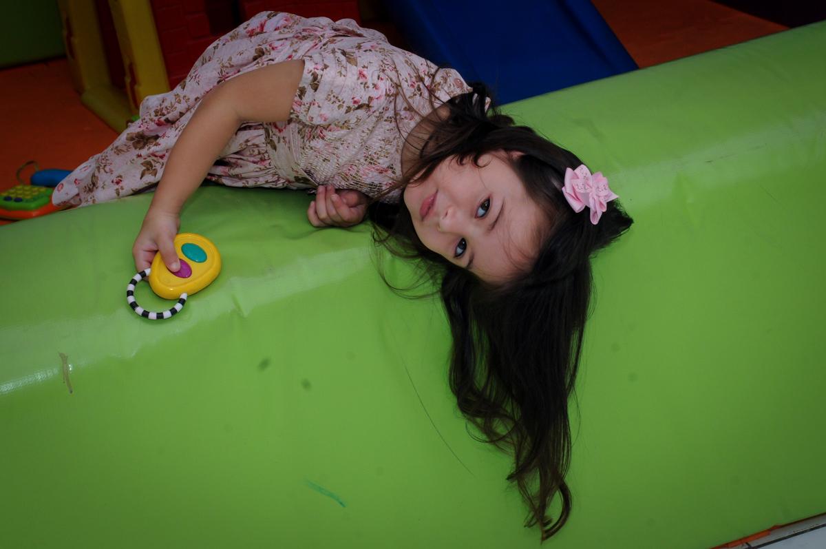 irmã da aniversariante brincando na área baby no buffet spazio reale, são paulo-sp