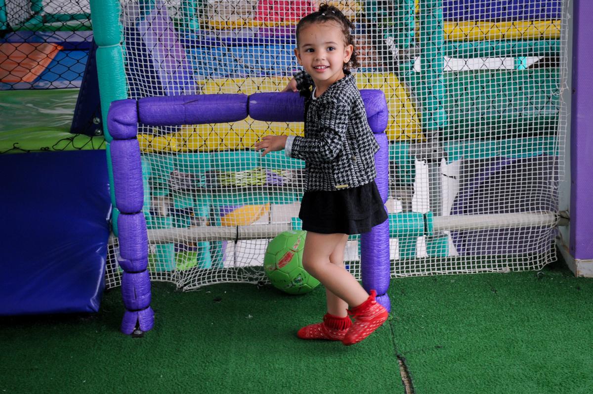 convidada brinca no campo de futebol no buffet spazio reale, são paulo-sp