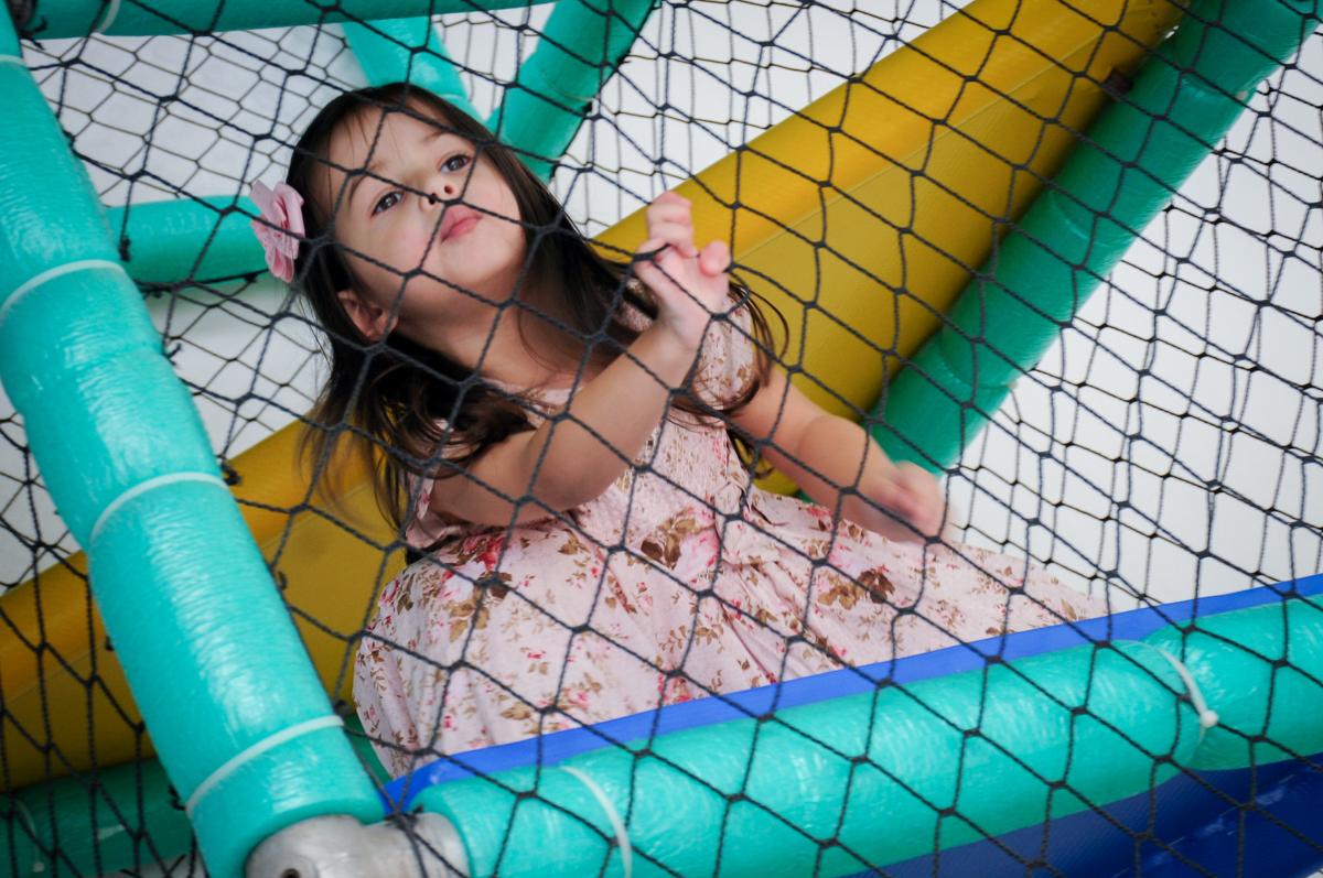 irmã da aniversariante brinca no brinquedão no buffet spazio reale, são paulo-sp