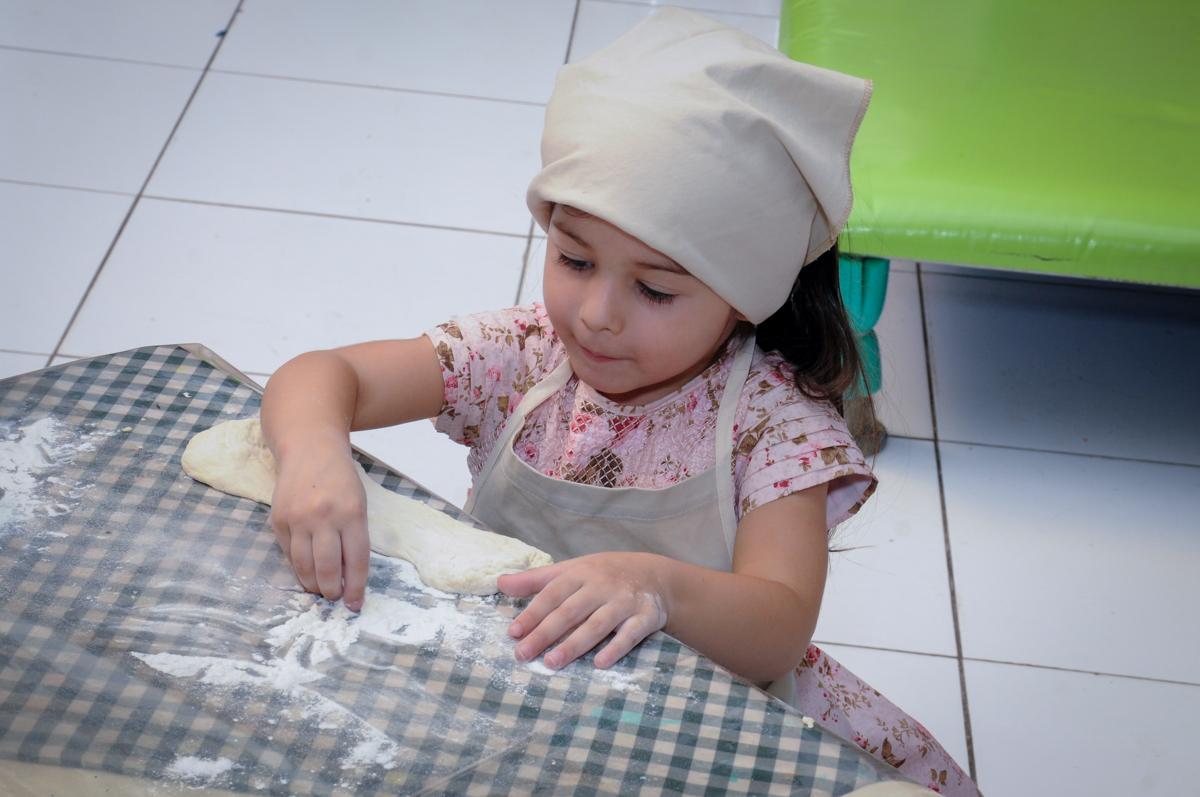 mão na massa para fazer o pão no buffet spazio reale, são paulo-sp