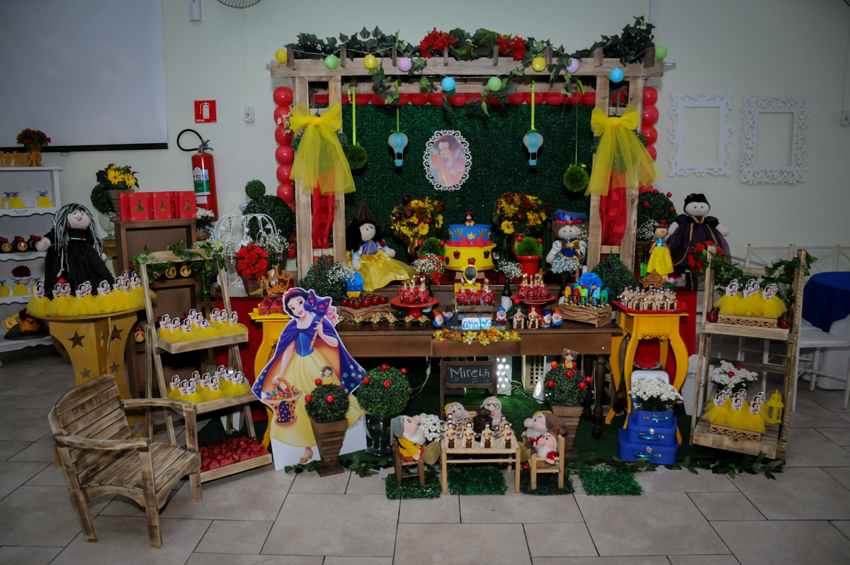 mesa decorada branca de neve no Buffet Ciranda da Vila, Osasco, SP
