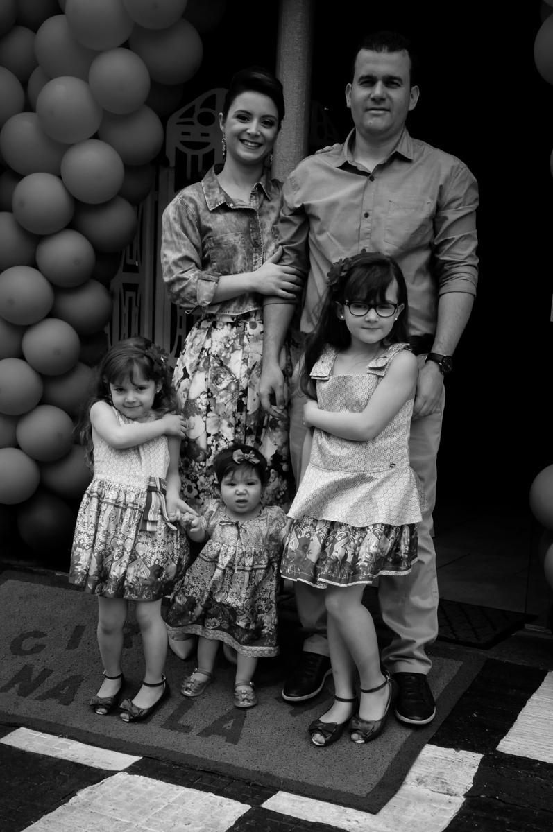 foto da família no arco de bexigas no Buffet Ciranda da Vila, Osasco, SP
