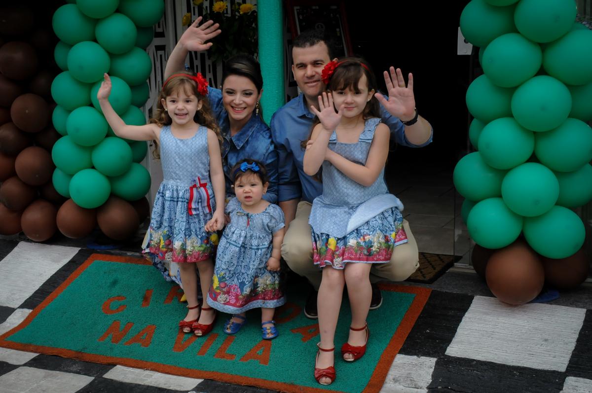família embaixo do arco de bexiga no Buffet Ciranda da Vila, Osasco, SP