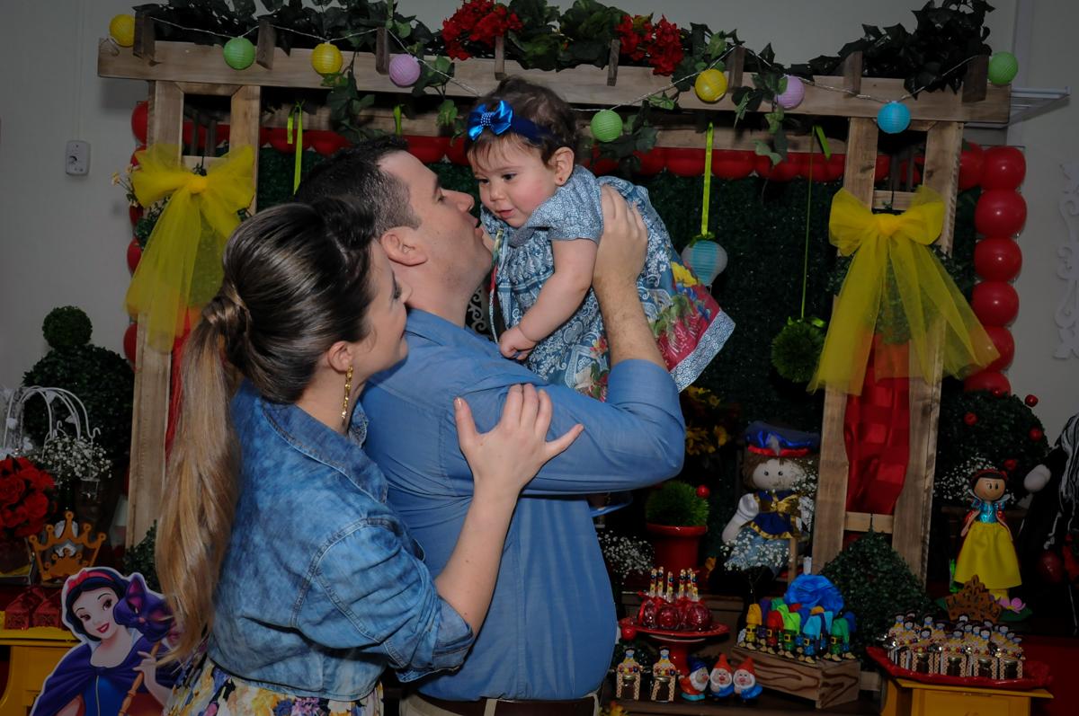 papai e mamãe e a aniversariante ns mesa decorada no Buffet Ciranda da Vila, Osasco, SP