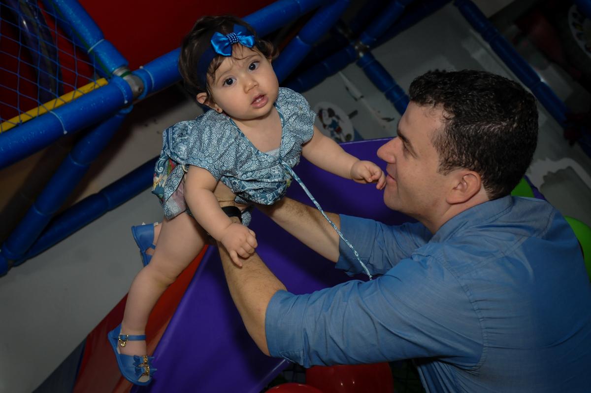 vovô brincando com a aniversariante no  Buffet Ciranda da Vila, Osasco, SP