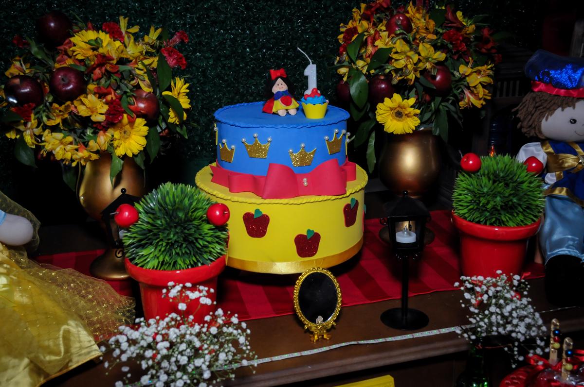 bolo de aniversário tema branca de neve no Buffet Ciranda da Vila, Osasco, SP