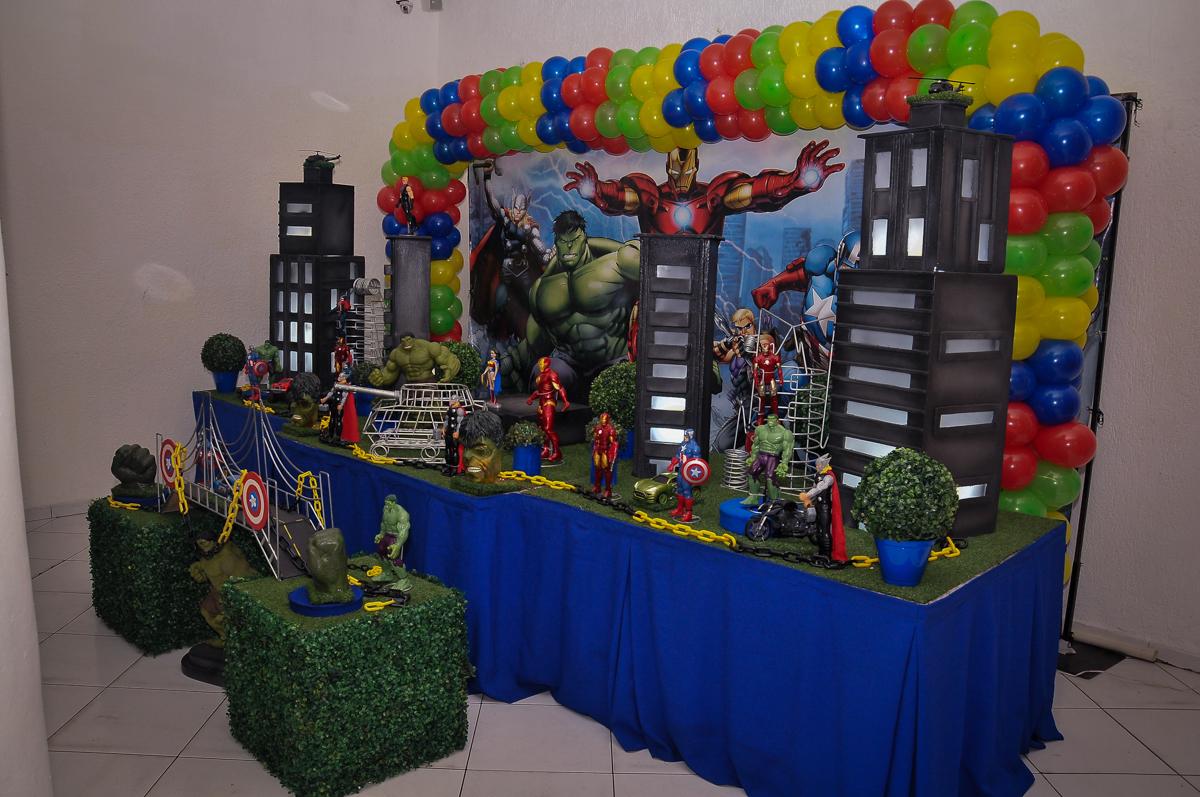 mesa decorada os super heróis no Buffet Fábrica da Alegria Morumbi, São Paulo