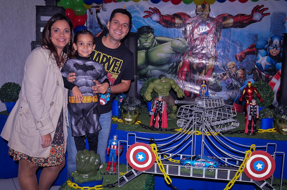 foto da família na mesa tema super heróis no Buffet Fábrica da Alegria Morumbi, São Paulo