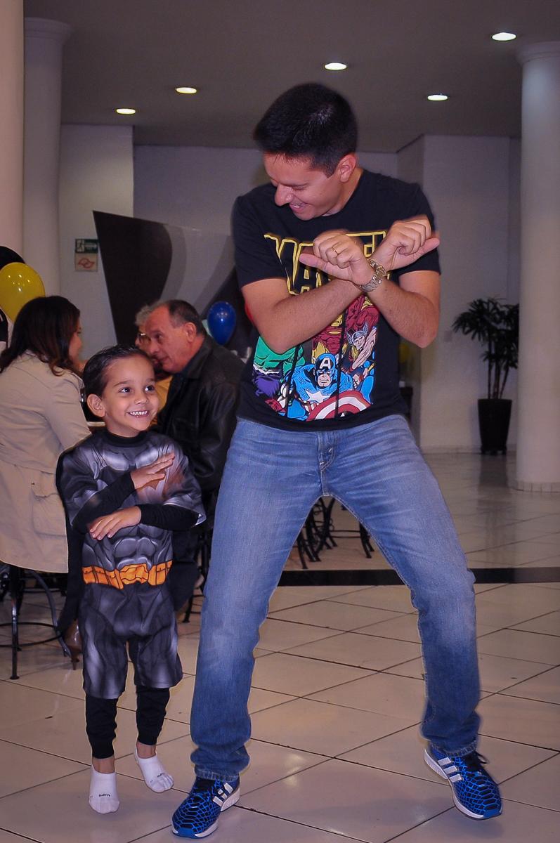 pai e filho dançam no Buffet Fábrica da Alegria Morumbi, São Paulo