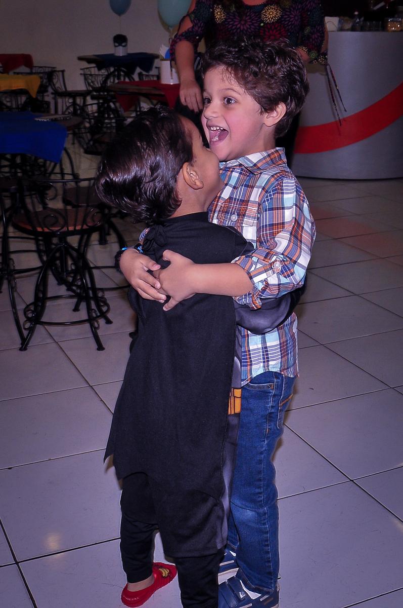 abraço carinhoso do amigo no aniversariante no Buffet Fábrica da Alegria Morumbi, São Paulo