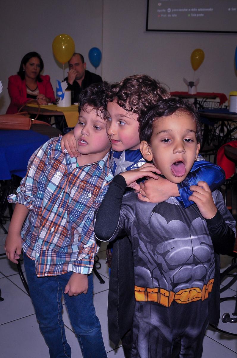 abraço coletivo no aniversariante no Buffet Fábrica da Alegria Morumbi, São Paulo