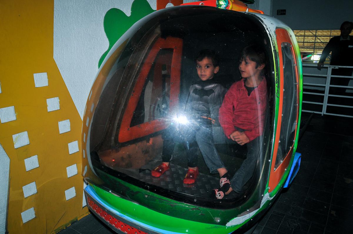 andando no helicóptero no Buffet Fábrica da Alegria Morumbi, São Paulo