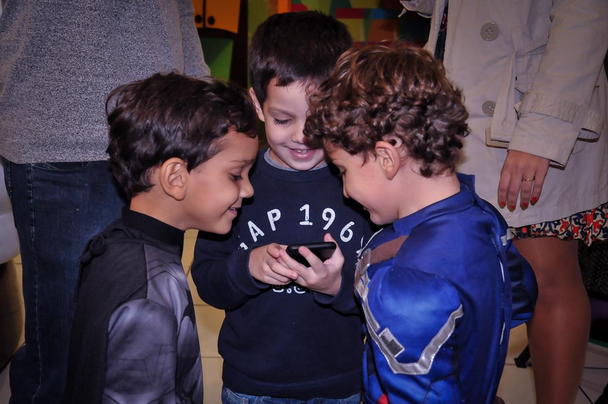 amigos vendo mensagem no celular no Buffet Fábrica da Alegria Morumbi, São Paulo