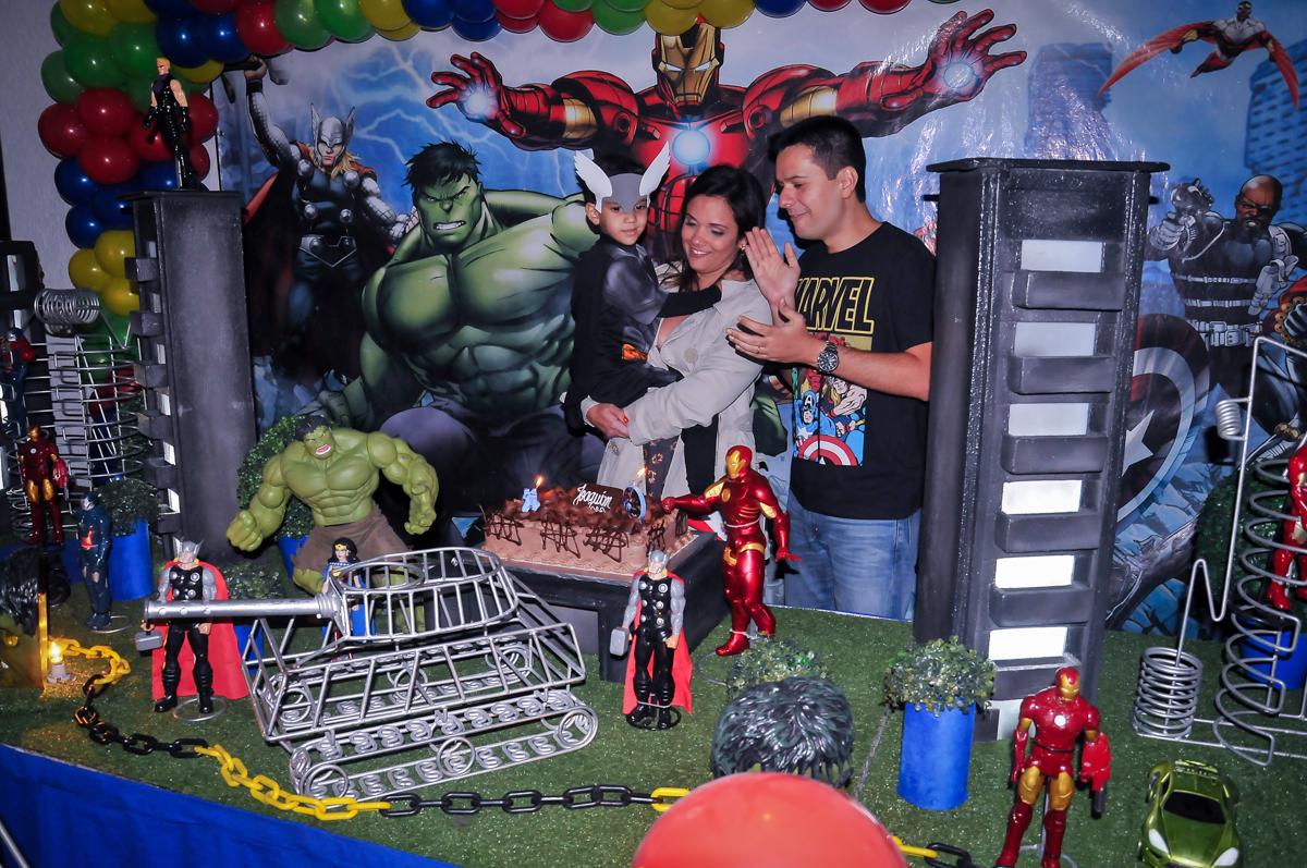 hora do parabéns na mesa tema super heróis no Buffet Fábrica da Alegria Morumbi, São Paulo