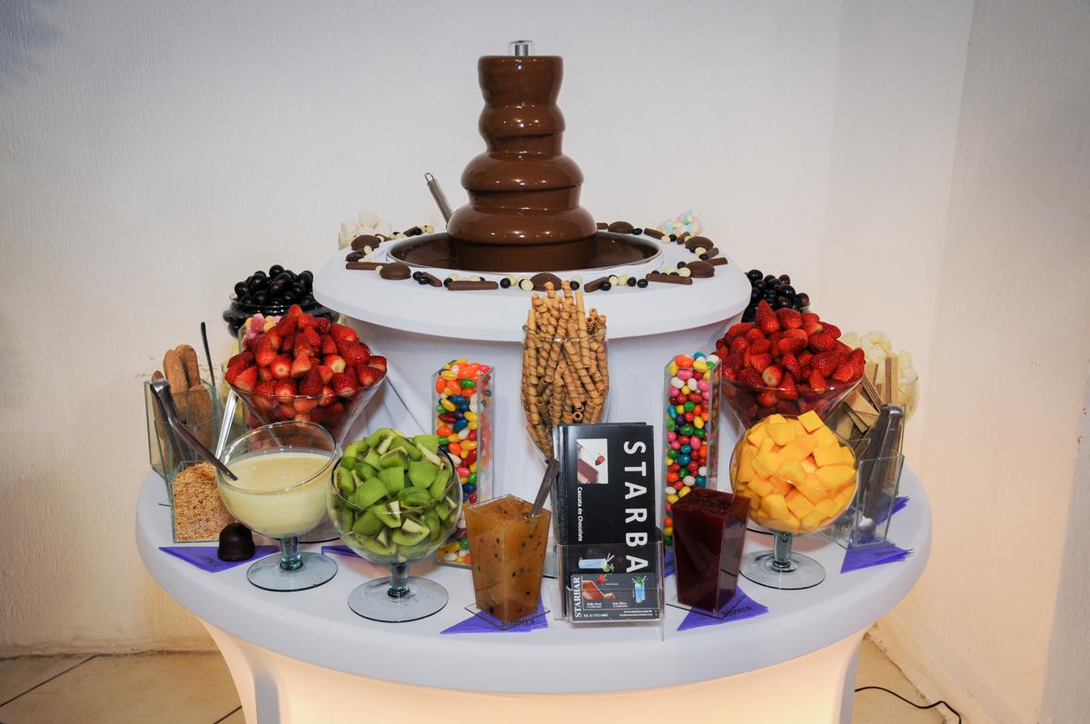 mesa de frutas e chocolate no Buffet Fábrica da Alegria Osasco, São Paulo