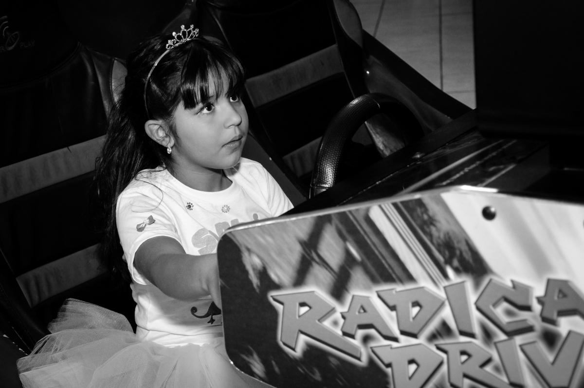 aniversariante brinca no carrinho de corrida no Buffet Fábrica da Alegria Osasco, São Paulo