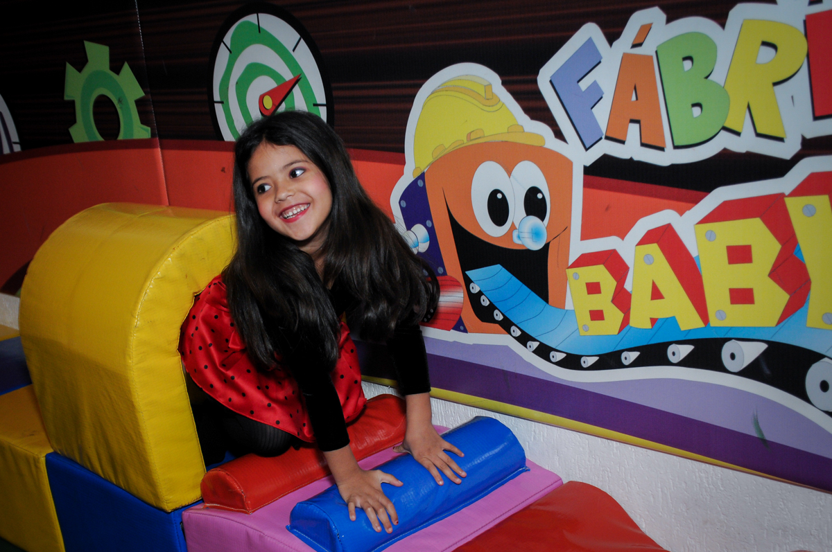 brincando na área baby no Buffet Fábrica da Alegria Osasco, São Paulo