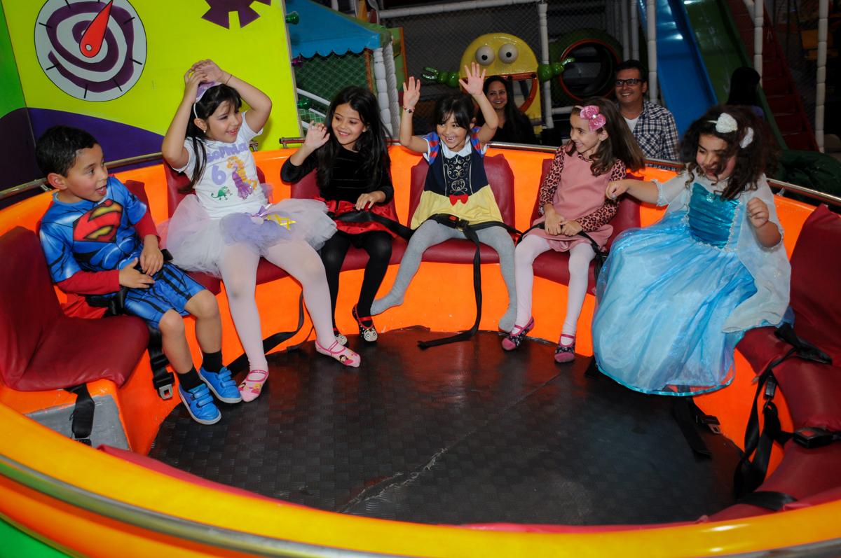 Muita alegria na festa de aniversário da sophia brincando no labamba no Buffet Fábrica da Alegria Osasco, São Paulo