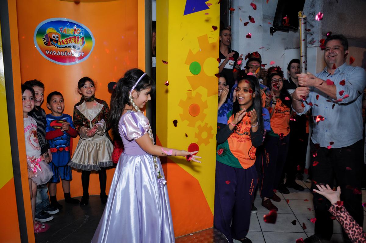 saída da aniversariante da máquina do parabéns no Buffet Fábrica da Alegria Osasco, São Paulo