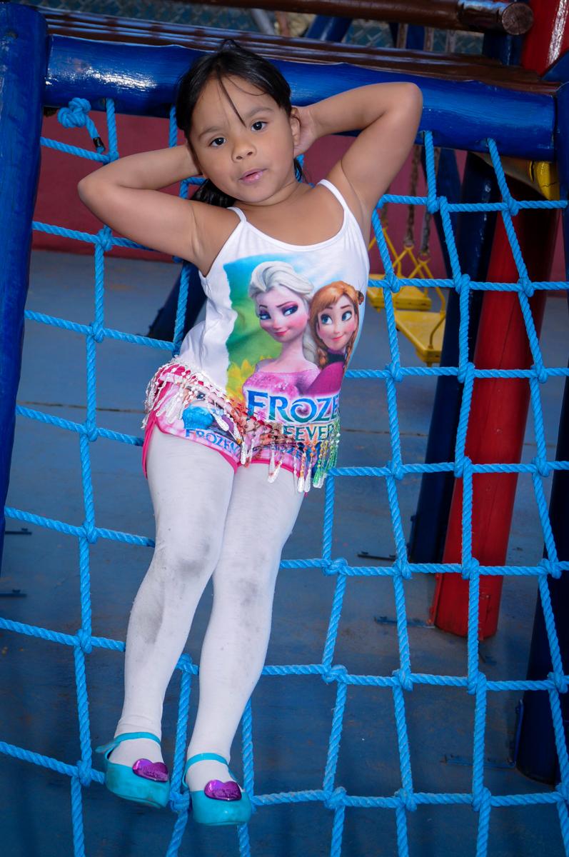 brincando e fotografando ao mesmo tempo a princesinha raquel no condomínio,Saude,São Paulo