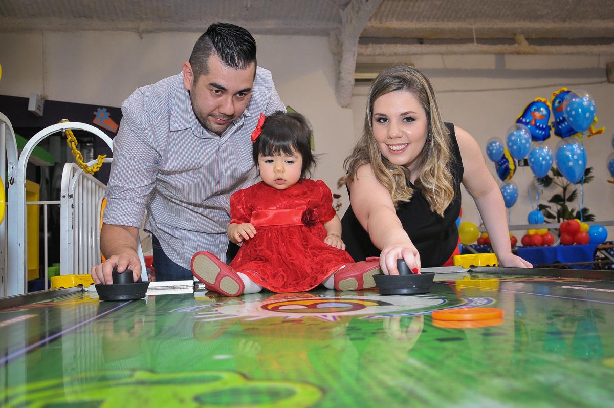 família jogando com a aniversariante no Buffet Fábrica da Alegria unidade Osasco