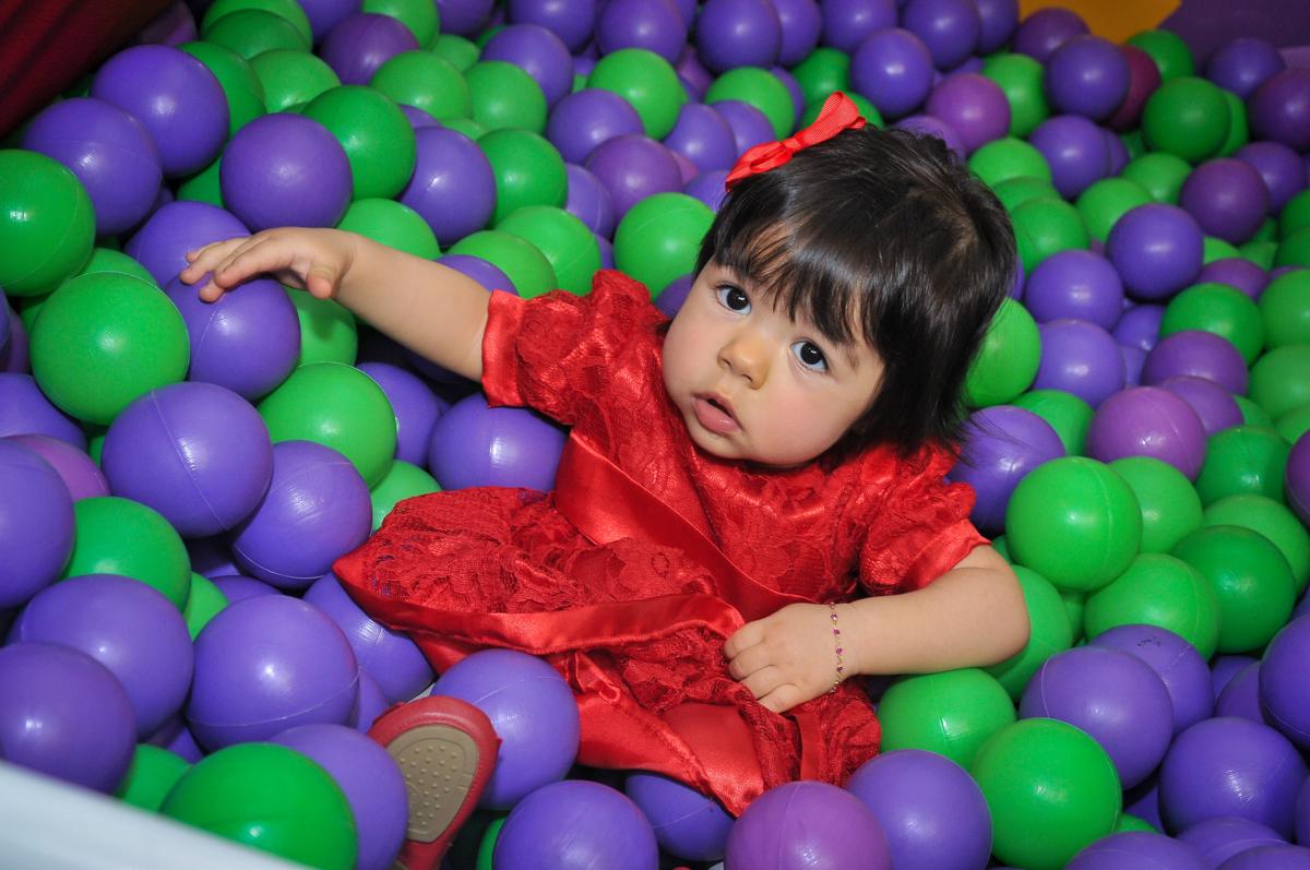 aniversariante brinca na piscina de bolinha no Buffet Fábrica da Alegria unidade Osasco