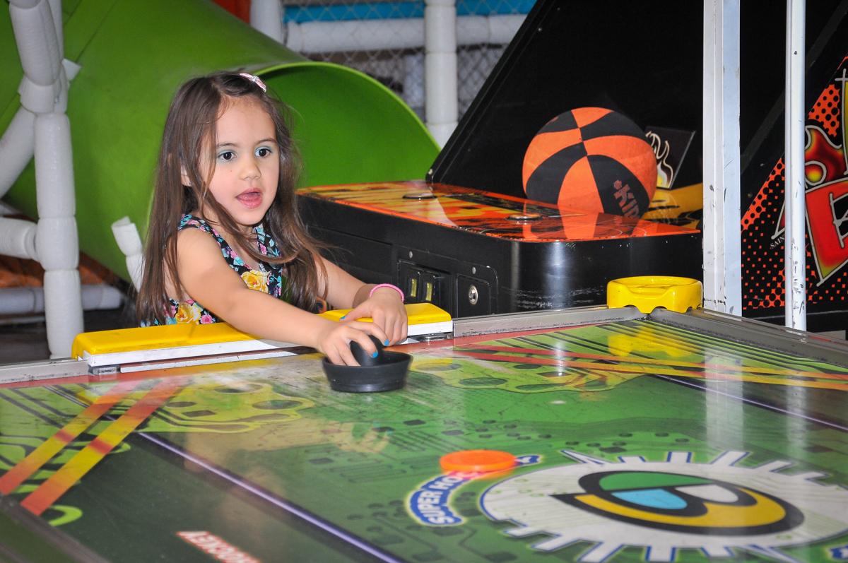jogo de futebol de mesa no Buffet Fábrica da Alegria unidade Osasco